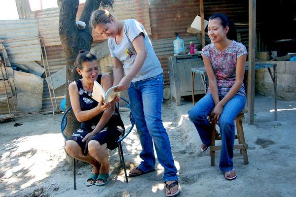 Mom and daughters in El Salvador