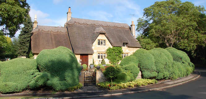 Thatched-roof cottage in Chipping Campden, England