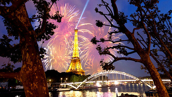 paris-eiffel-fireworks