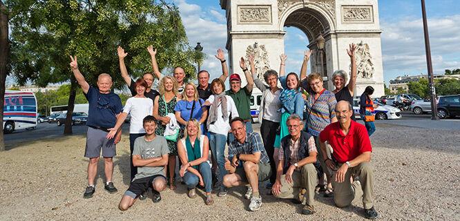tour-group-in-front-of-arc-du-triomphe-paris-france
